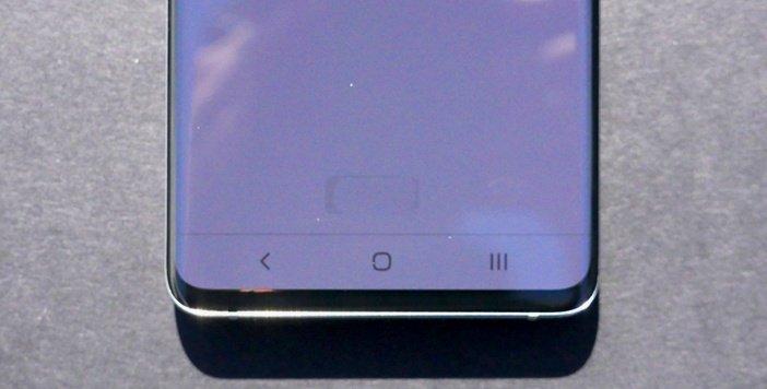 Форма сканера отпечатков в S10 просвечивает через дисплей
